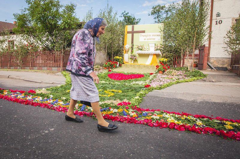 Mieszkańcy w drodze do kościoła podziwiają skończoną pracę. Na zdjęciu ołtarz u rodziny Kroker na ul. T. Kościuszki. Ołtarz budowany jest w tym miejscu od 1992 r.
