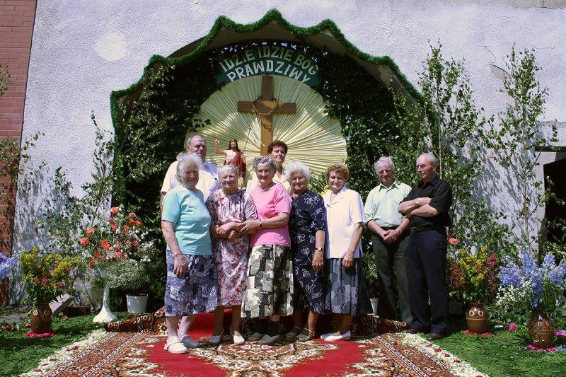Pamiątkowa fotografia z 2007 r. części osób pracujących przy budowie ołtarza w bramie gospodarstwa rodziny Sobawa. Ołtarz w tym miejscu budowany był przez 105 lat do 2008 roku.