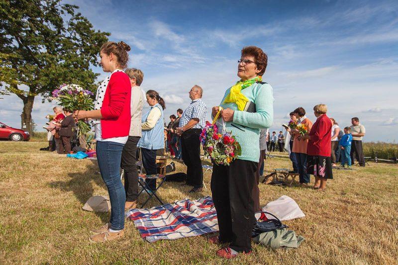 Zalesie Śląskie - W trakcie nabożeństwa kapłan święci kwiaty i zioła