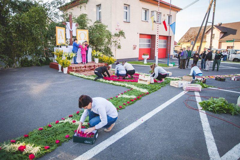 Mieszkańcy Lichyni budują ołtarz oraz chodnik między remizą OSP i kapliczką św. Jana Nepomucena od 2009 r.