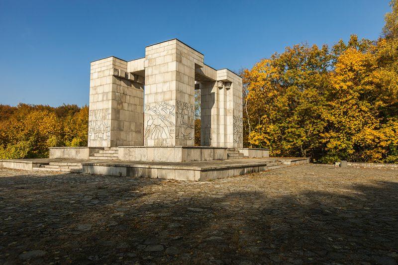 Pomnik Czynu Powstańczego jesienią