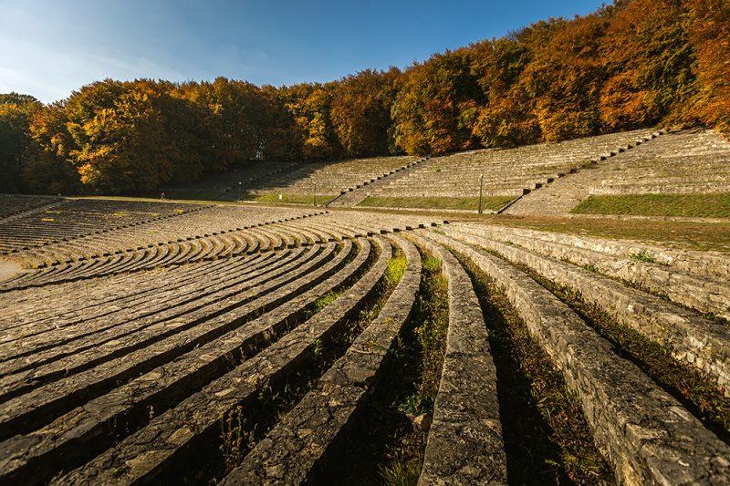 Amfiteatr skalny jesienią