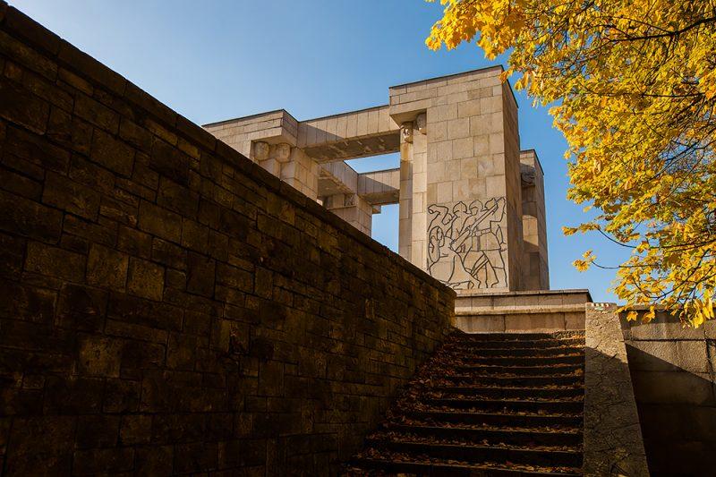 Pomnik Czynu Powstańczego w jesiennej scenerii