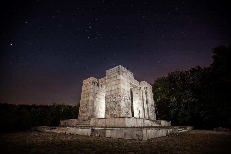 Pomnik Czynu Powstańczego nocą