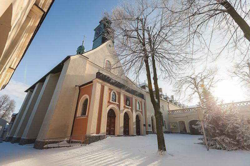 Wejście do bazyliki św. Anny w zimowej scenerii
