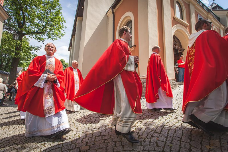 Kapłani wracający Rajski Plac ze mszy św. w Grocie Lurdzkiej