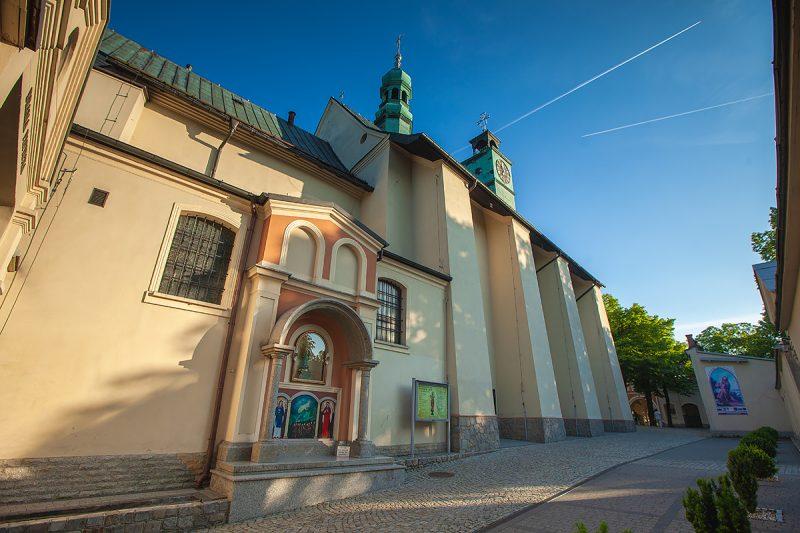 Widok na bazylikę św. Anny z zewnętrzną kaplicą św. Anny