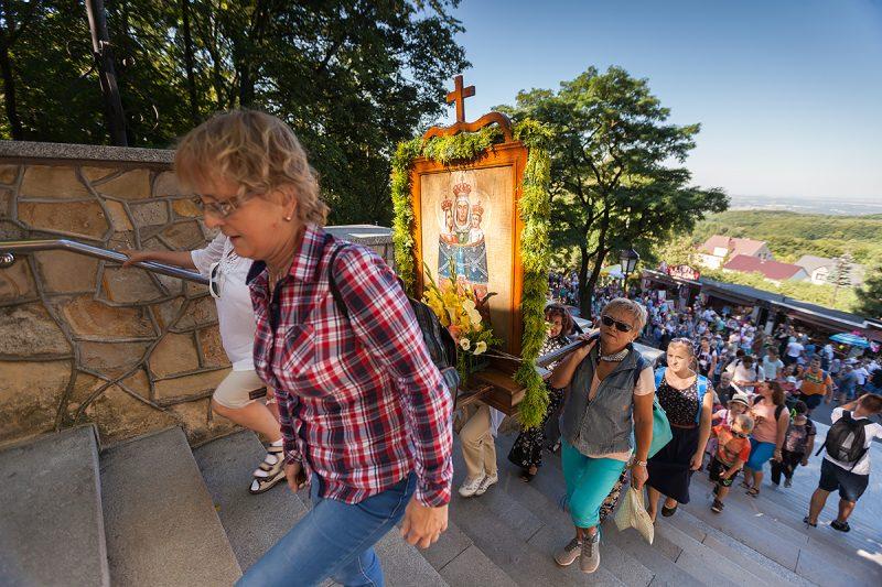 Pielgrzymi wchodzący głównymi schodami na Rajski Plac